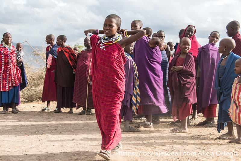 chica de la tribu masai andando entre la gente