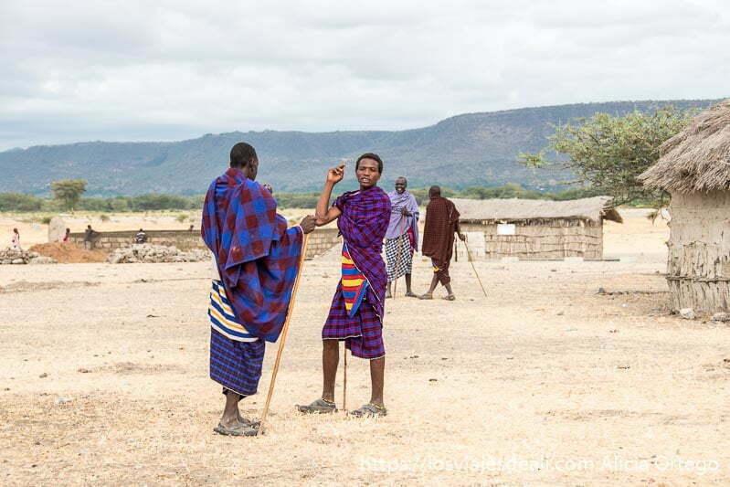 chicos de tribu masai charlando