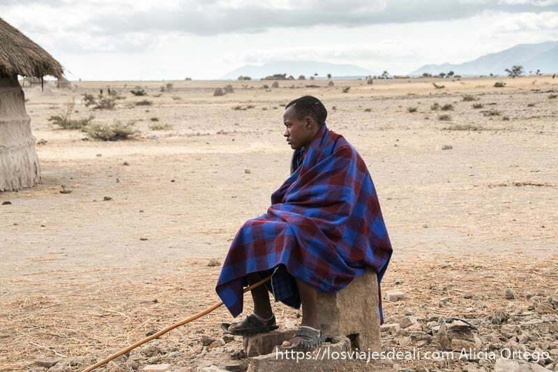 chico de la tribu masai envuelto en su manta mirando al infinito