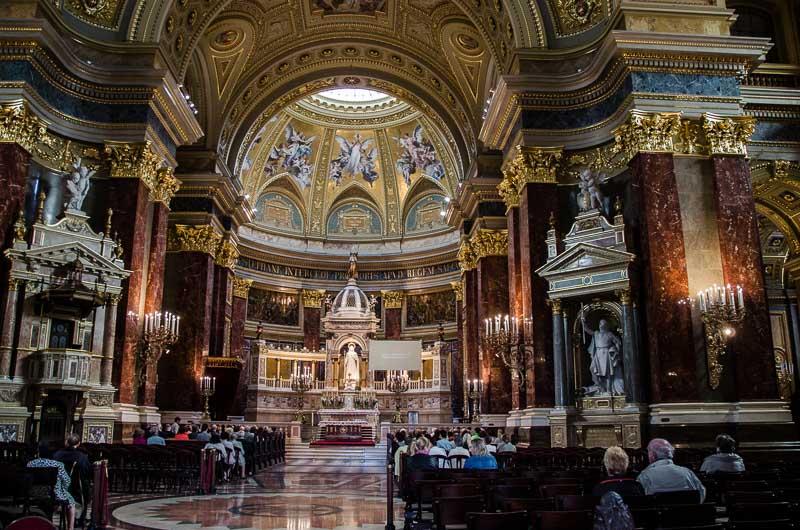 interior iglesia de budapest desde las alturas