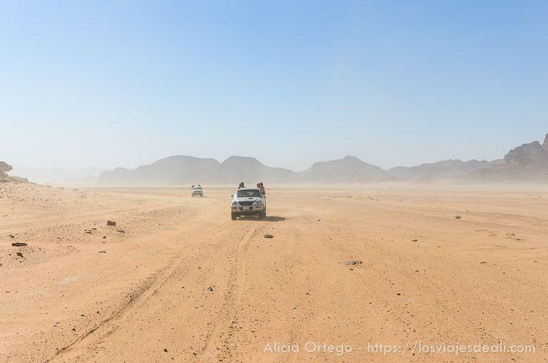 conduciendo en el desierto de wadi rum