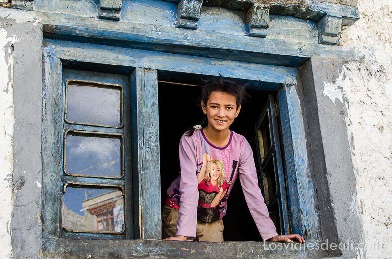 niña en ventana de lamayuru