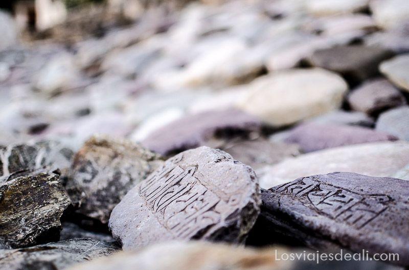 piedras con om mani padme um
