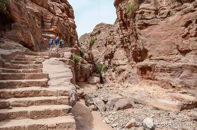 escaleras de subida al monasterio de petra