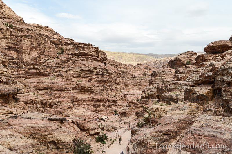 vistas en la subida al monasterio de petra jordania