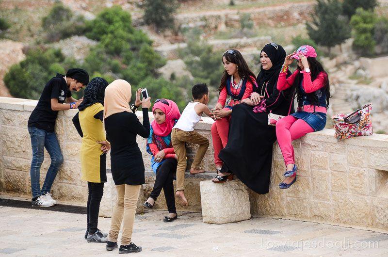 um qays y ajlum turismo local moderno
