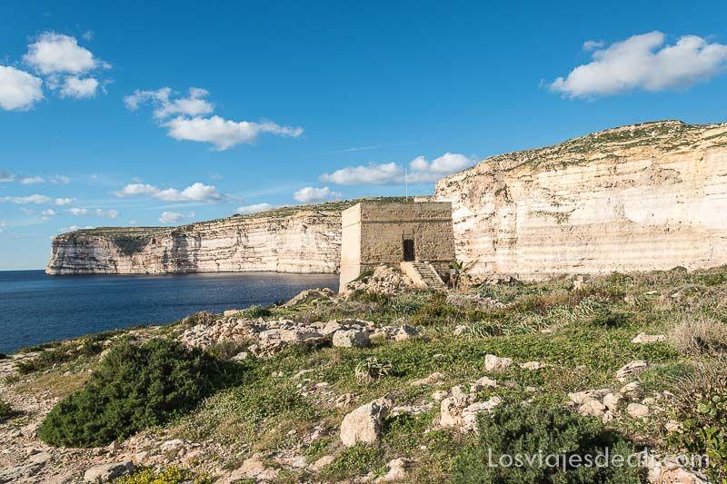 acantilados de gozo con torre de vigilancia antigua