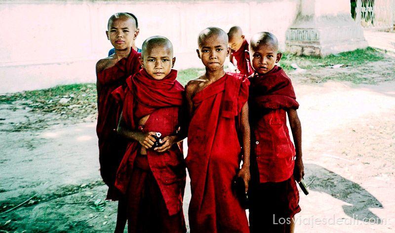 myanmar monjes con pistolas birmania