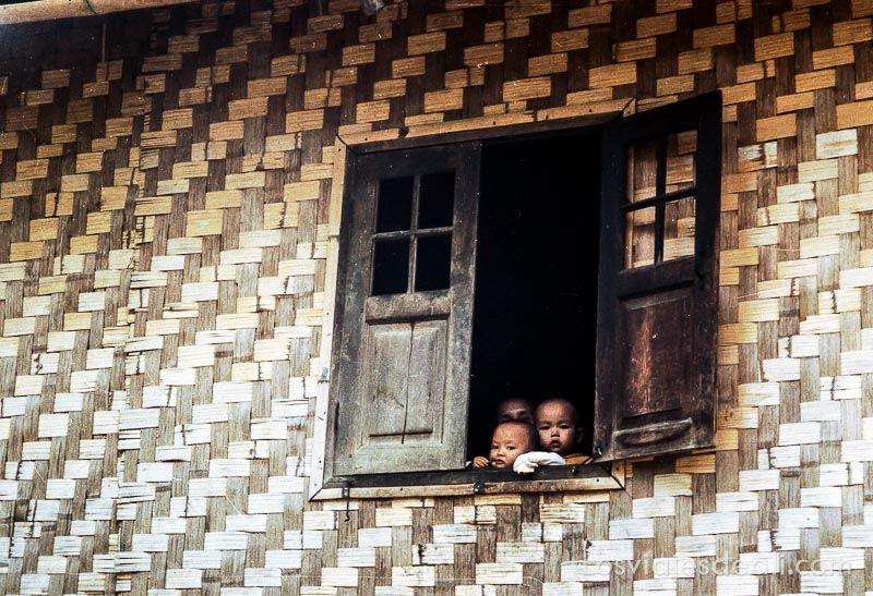 birmania niños en ventana