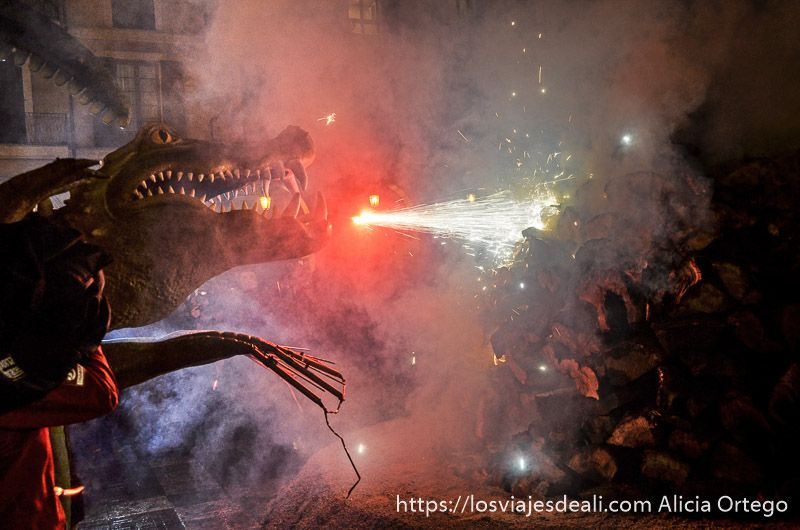 palma en fiestas encendido de la hoguera por el dragón