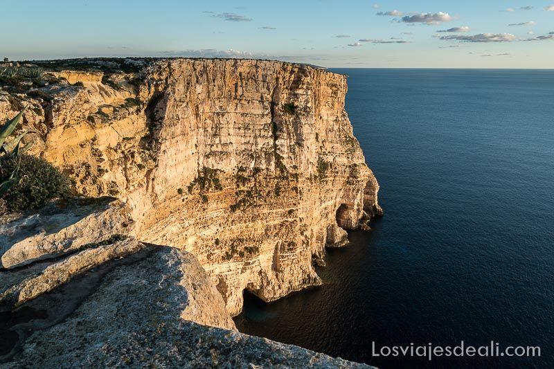 acantilados de gozo al atardecer uno de los 5 imprescindibles de malta