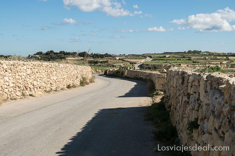 ruta por los acantilados de gozo carretera