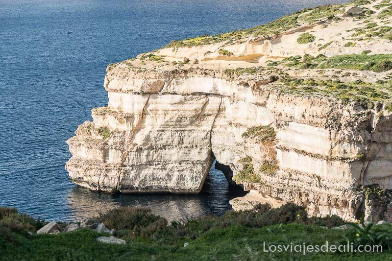 ruta por los acantilados de gozo gruta