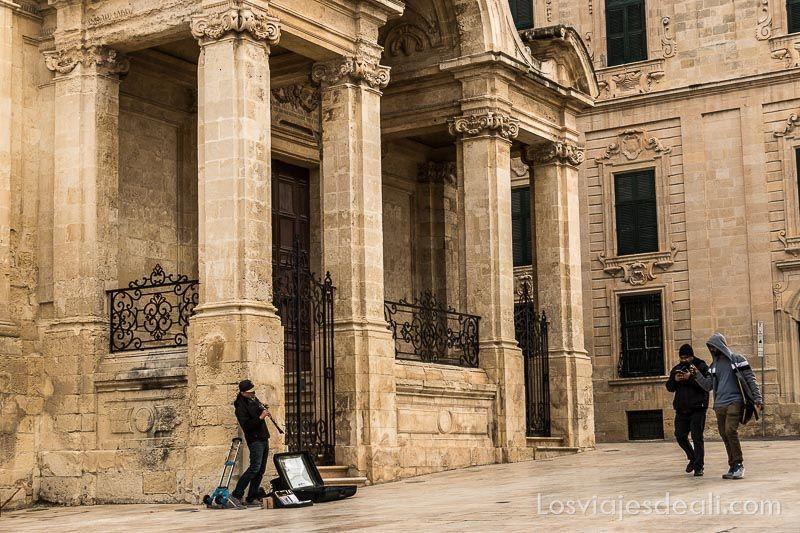 músico en las calles de La Valeta