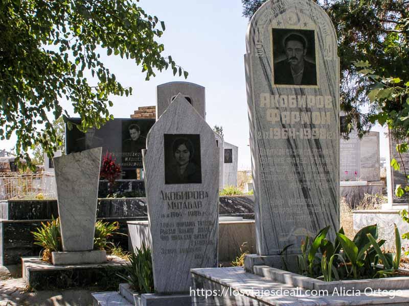 lápidas con fotos en el cementerio samarcanda