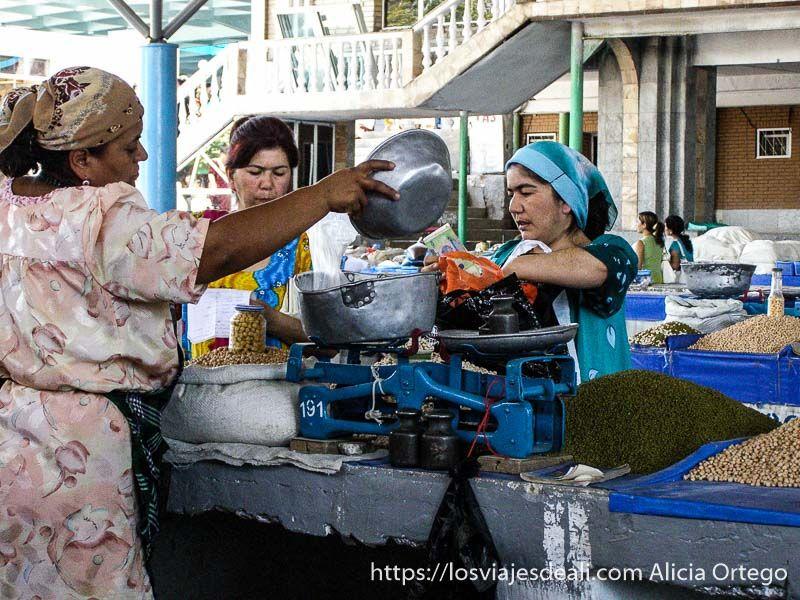 mujeres pesando arroz en Samarcanda mercados del mundo