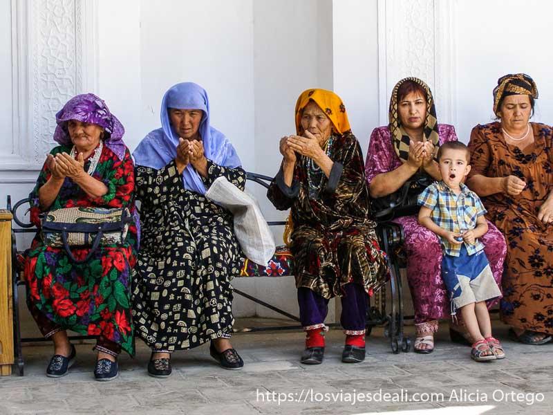 mujeres rezando en Samarcanda