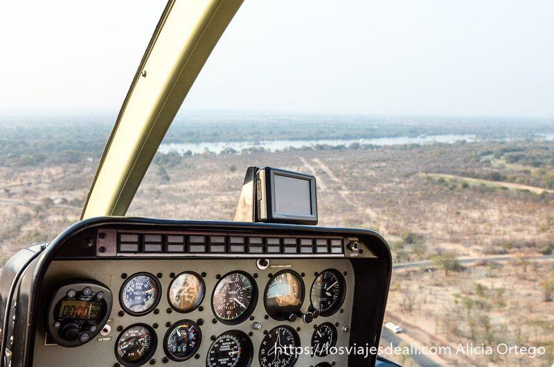 vuelo sobre las cataratas victoria helicóptero cabina