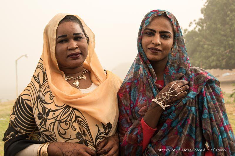 chica comprometida y su amiga con joyas en la mano gentes de Sudán