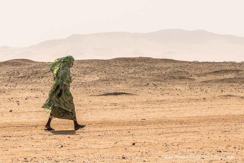 mujer andando por el desierto en Sudán