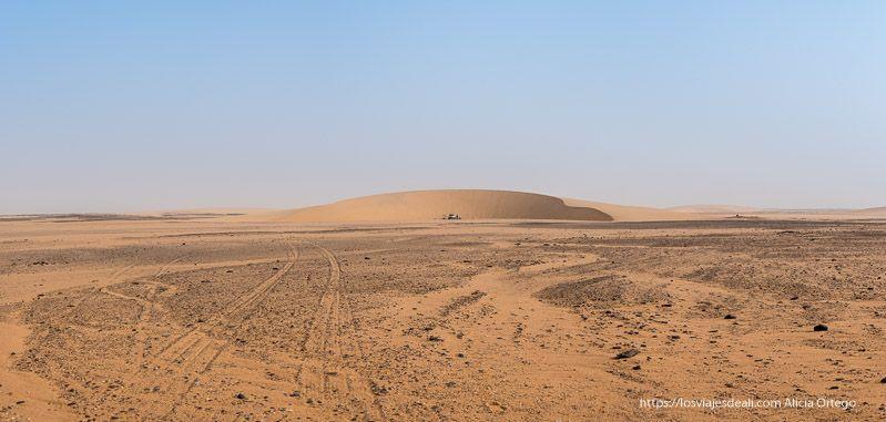 panorámica del desierto sudanés con una gran duna en el horizonte guía de viaje a Sudán