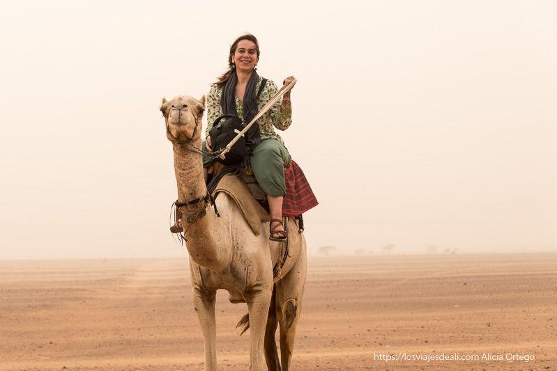 subida a un camello junto a las pirámides de Meroe