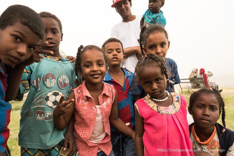 gentes de Sudán 4 niñas con sus trencitas y tres niños