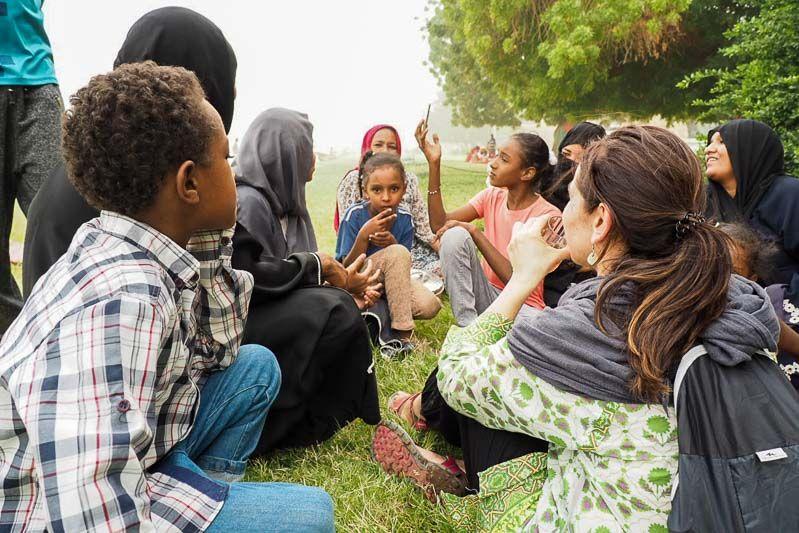 primer día en Sudán tomando un té con un grupo de mujeres y niños