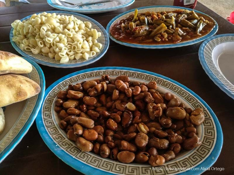 nuestra comida en Sudán a base de habas o fuul, pasta, okra y pan