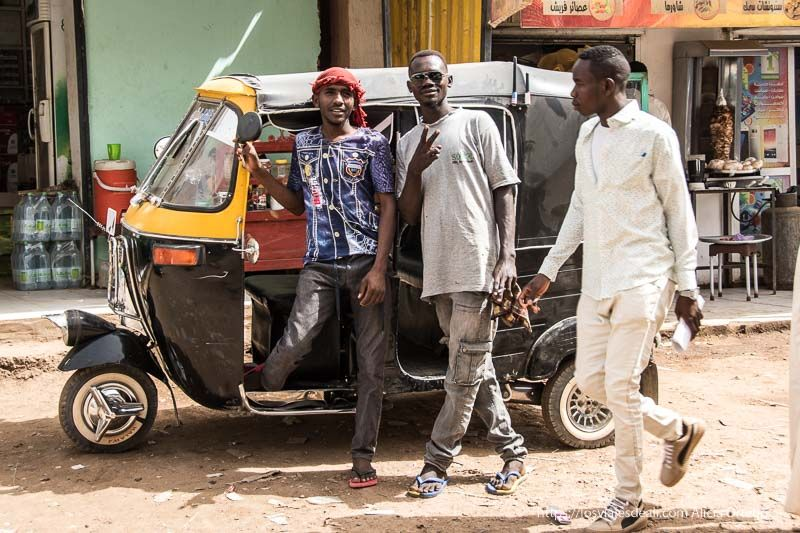 dos jóvenes sudaneses junto a su rickshaw en el mercado de Dongola