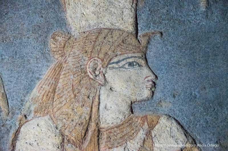 relieve pintado de una faraona en fondo azul del antiguo egipto en Karima, Sudán