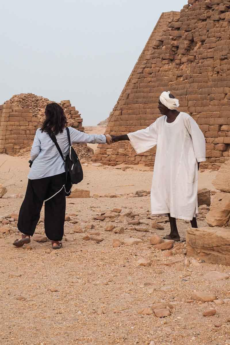 saludando al guardián de las pirámides de Karima en Sudán