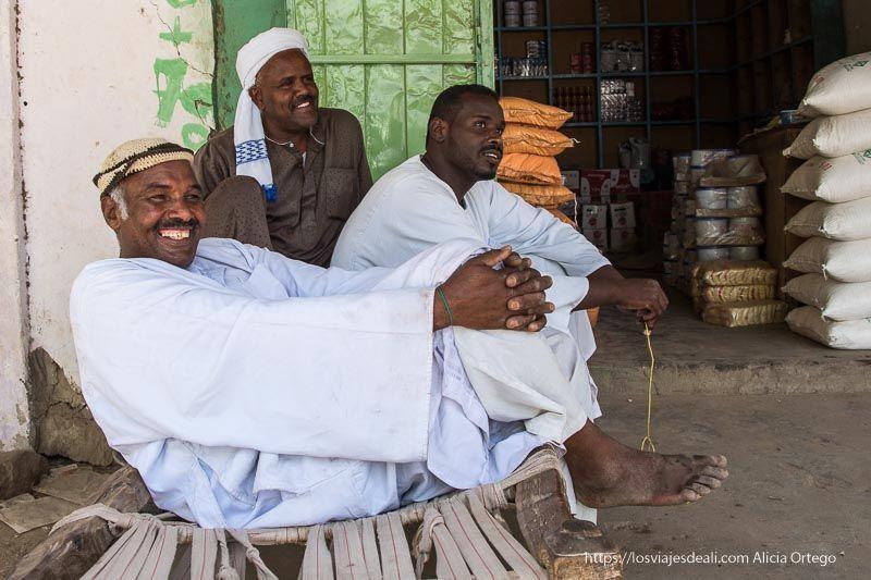 tres hombres sudaneses sonrientes guía de viaje a Sudán