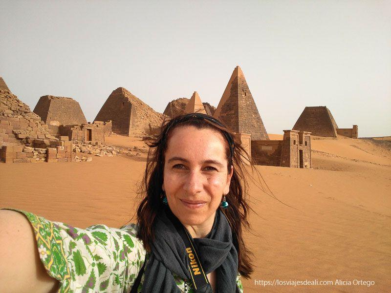 selfie en las pirámides de Meroe