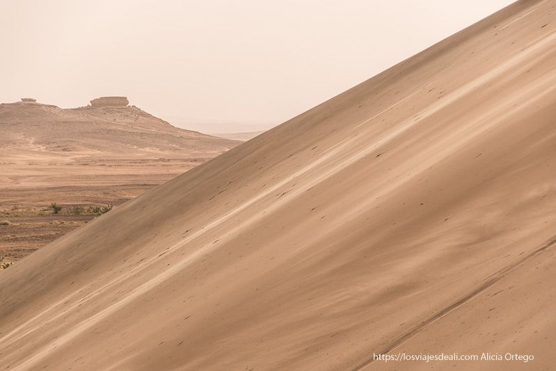 gran duna de arena cerca del templo de soleb en sudan