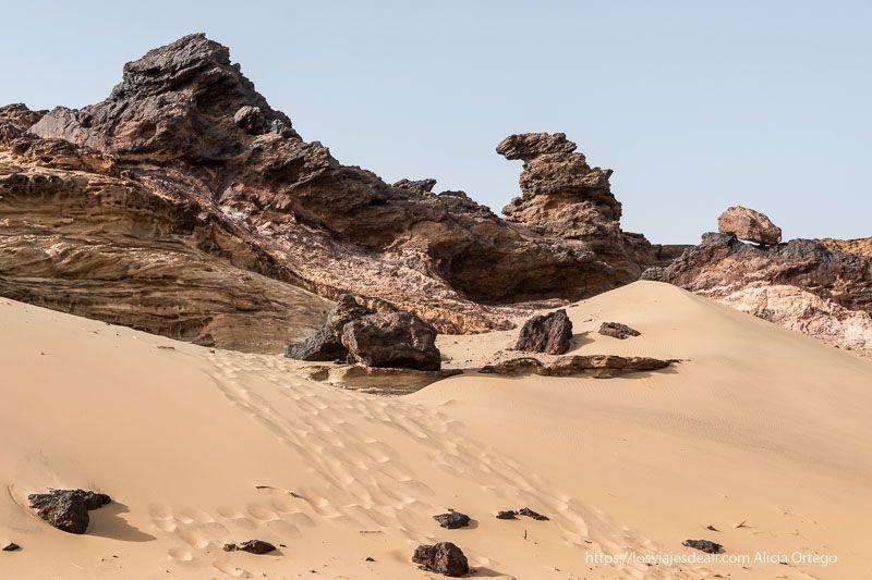 montaña jebel dosha de roca volcánica y arena