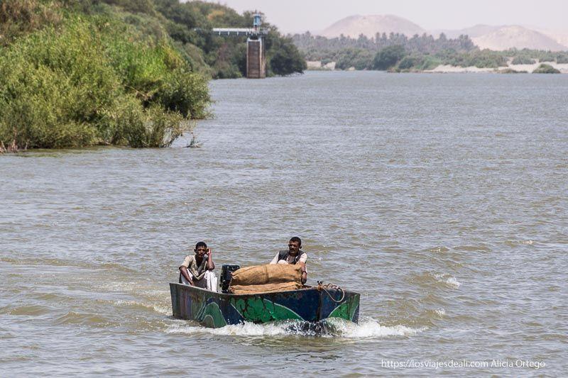 barca cerca de la tercera catarata del Nilo
