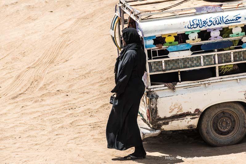 señora esperando al ferry cerca de la tercera catarata del Nilo