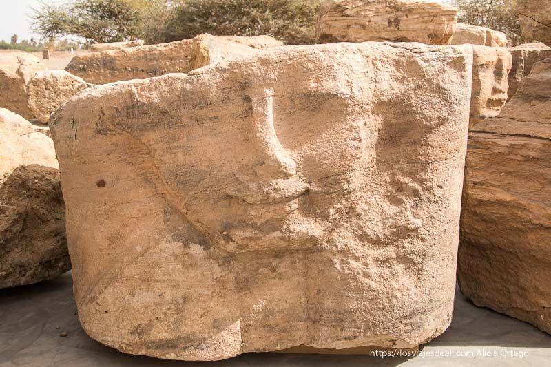 capitel de columna de Sedeinga en Sudán con forma de cabeza de mujer