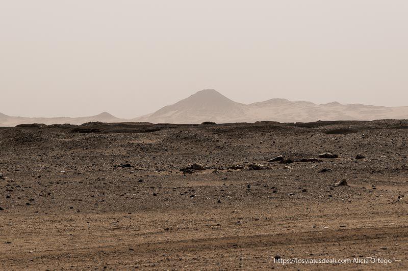 paisaje desértico de roca negra volcánica en Sudán
