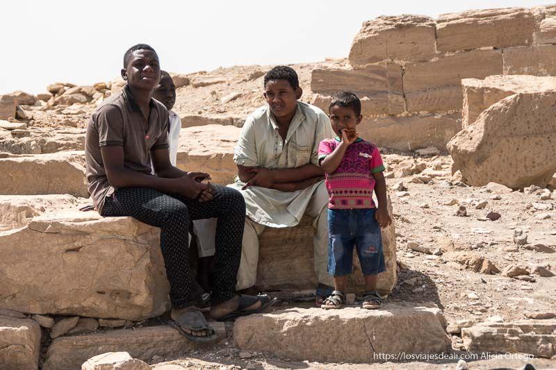 niños en las ruinas de Sesibi cerca de la tercera catarata del Nilo