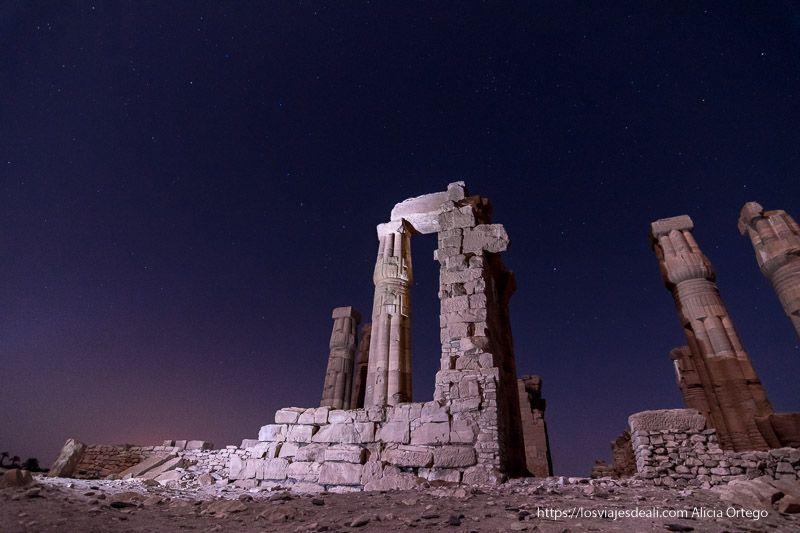 fotografía nocturna del templo de Soleb en el norte de Sudán