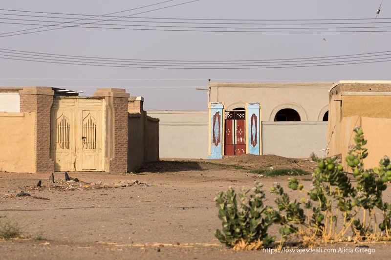 casa nubia con puerta de alegres colores junto al templo de soleb