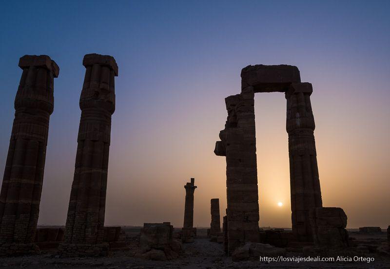 atardecer en el templo de soleb en sudán
