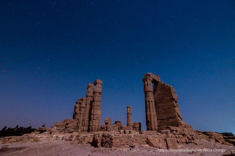 templo de soleb bajo las estrellas