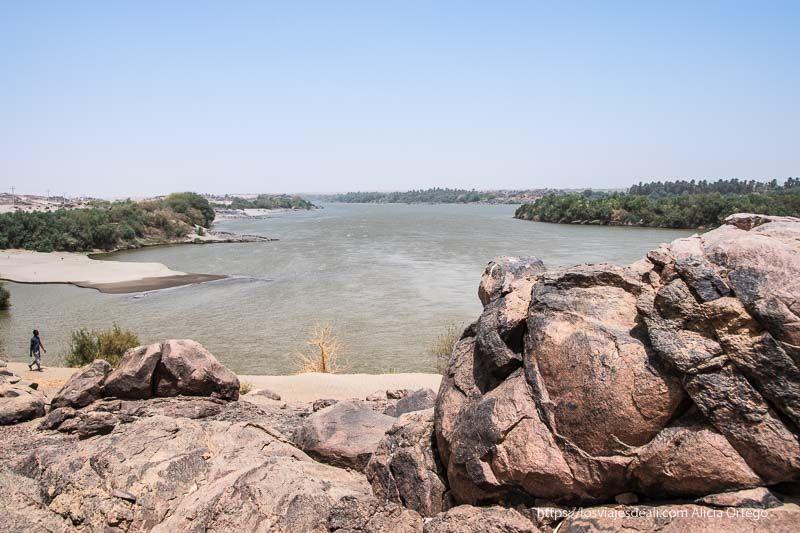 orillas del río nilo con grandes rocas