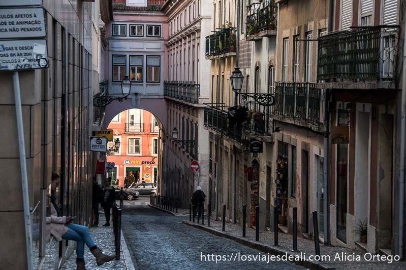 calle en cuesta del chiado con arco al final lisboa en un fin de semana