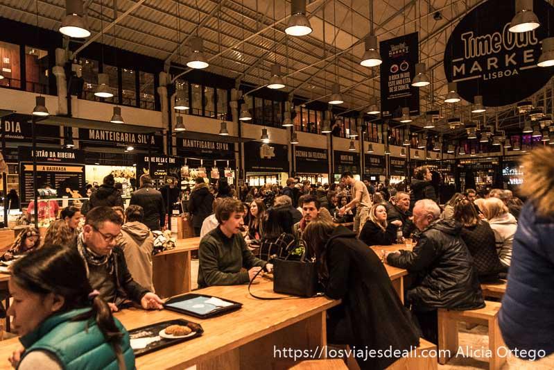 mercado time out lleno de gente sábado noche fin de semana en lisboa