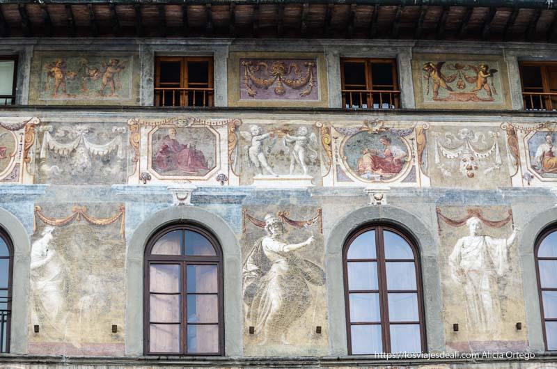 fachada con frescos renacentistas de florencia