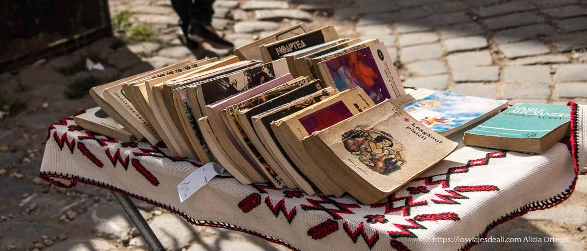 puesto de libros en la calle en Brasov lecturas de verano